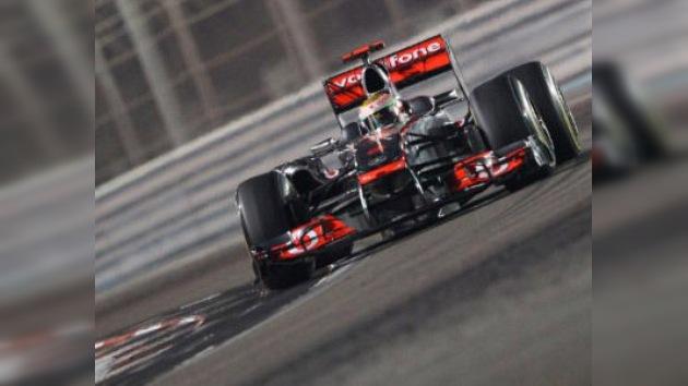 Hamilton se impone en Abu Dabi tras abandonar Vettel a las primeras de cambio