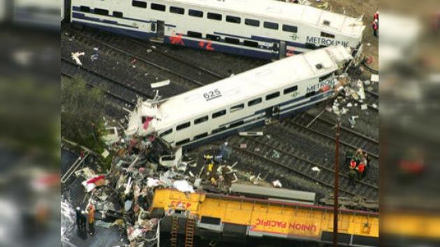 Un tren de pasajeros arrolla a dos autos en California