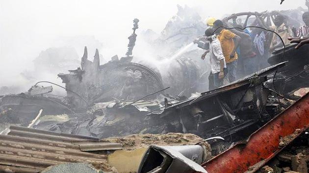 Un avión de pasajeros se estrella en Nigeria