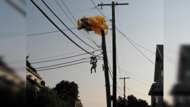 Un paracaidista pasó horas colgado en los cables de electricidad