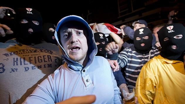 Video: Un grupo anti-islámico choca con la policía tras el asesinato de un soldado en Londres