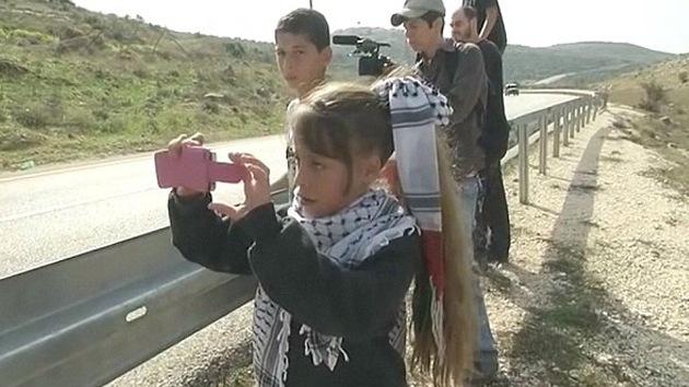 Niña palestina resiste a la ocupación israelí con una cámara en la mano