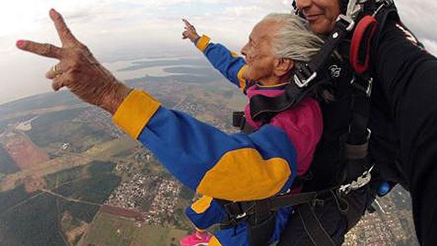 Aida Gemaque Mendes, de 103 años, es la paracaidista más longeva del mundo