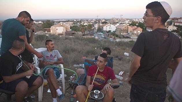 Fotos: Los israelíes ven arrojar bombas sobre Gaza desde una colina como si fuera un cine