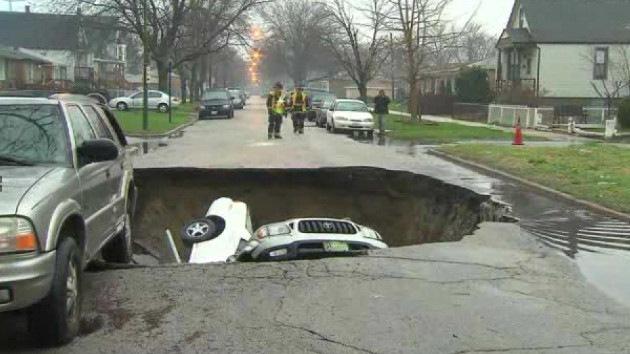 Video: Un agujero gigante en una calle de EE.UU. 'devora' a varios vehículos