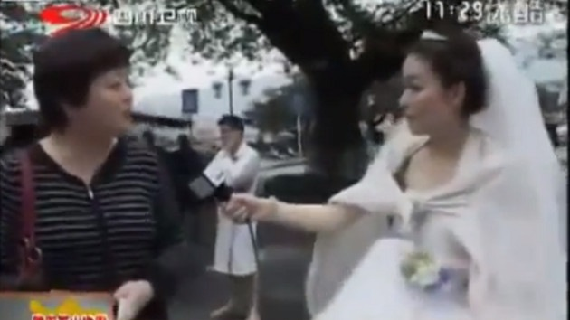 Video: Una periodista china interrumpe su boda para cubrir el sismo