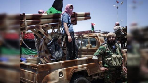 Emisarios de Gaddafi negocian con la oposición la suerte del líder libio
