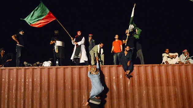 En Pakistán manifestantes asaltan el edificio de una televisión estatal