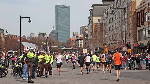 Miles de personas corren la última milla del interrumpido maratón de Boston