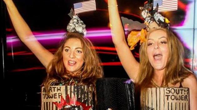 Dos estudiantes británicas disfrazadas de torres gemelas desatan un alud de críticas