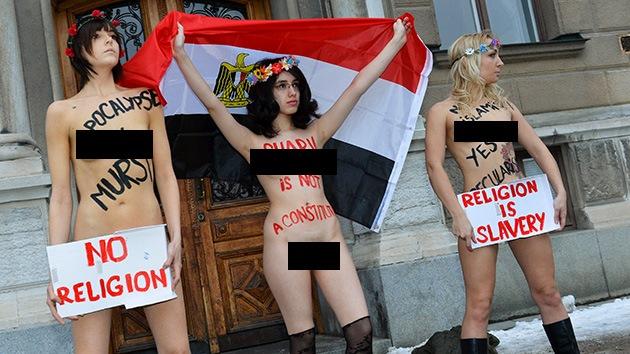 Protesta desnuda contra la nueva Constitución egipcia