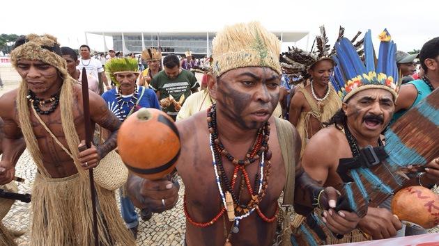 Video, Fotos: Indígenas brasileños y policías chocan en una protesta contra el Mundial