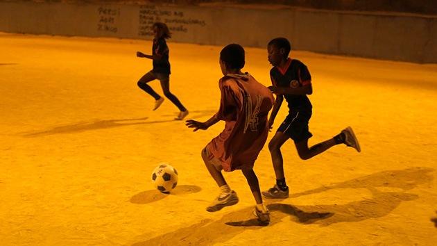 """Campaña de micromecenazgo: """"Los niños más pobres de Brasil tienen que ver el Mundial"""""""