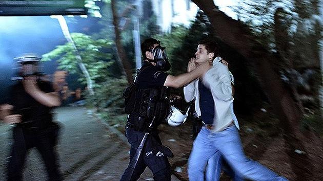 Video: Decenas de policías turcos golpean brutalmente a un manifestante