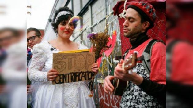 Una activista estadounidense se casa con un viejo… almacén