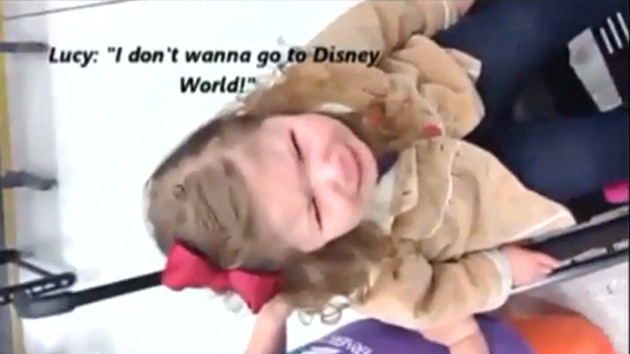 Vídeo: Agentes de un aeropuerto de EE.UU. hacen llorar a una niña minusválida