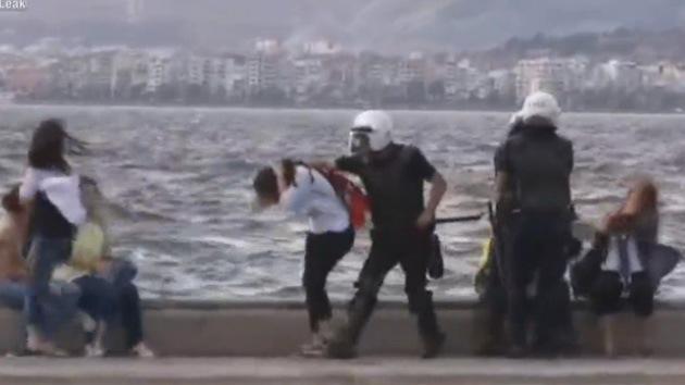 Video: Policía turca se emplea a fondo en la playa contra turistas y jóvenes inocentes