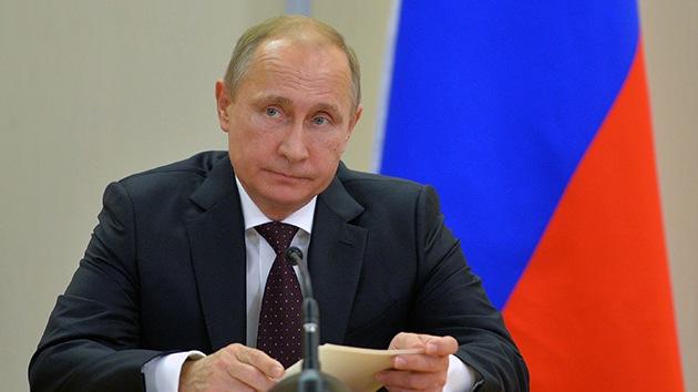 """Putin: """"La decisión de la OPEP de no reducir la producción de crudo satisface a Rusia"""""""