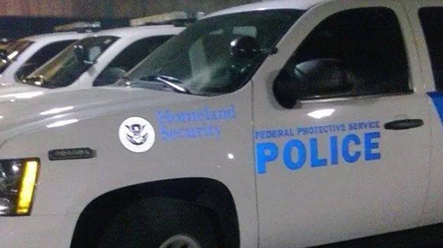 """Ferguson: Llaman """"terrorista"""" a un veterano por fotografiar coches de la Policía"""