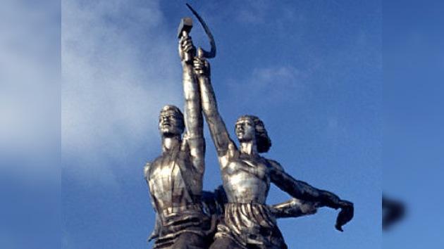 """""""El Obrero y la Koljosiana"""" vuelven al escudo soviético"""