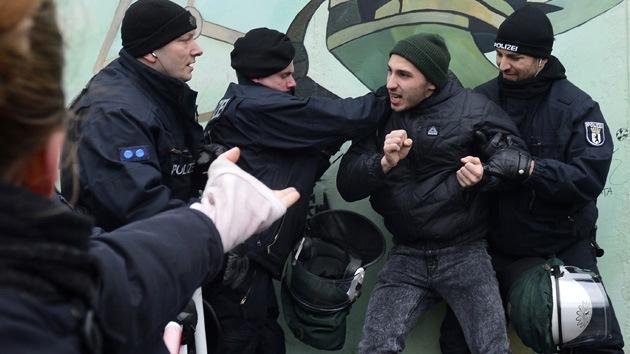 Fotos: Cientos de activistas protestan contra la demolición del Muro de Berlín