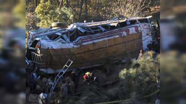 Al menos 14 muertos al caer autobús por barranco en Guatemala