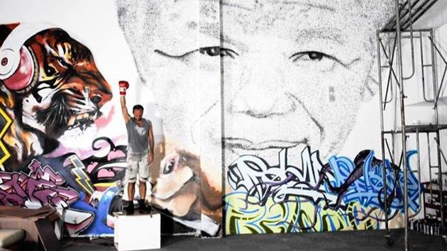 Un artista retrata a Nelson Mandela con golpes de 'libertad'