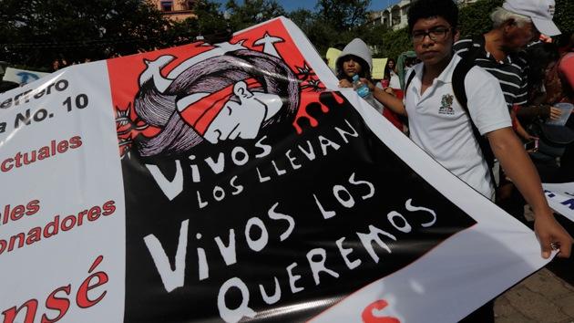 Familiares de los 43 estudiantes desaparecidos recorren a pie todo México