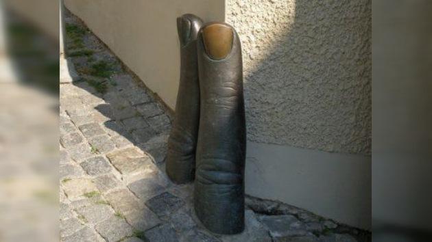 Dos vándalos de EE.UU. arrancaron una escultura y jugaron con ella a la pelota