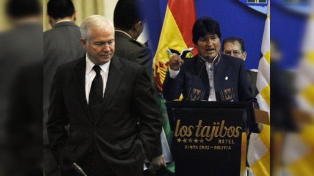 Evo Morales acusa a EE. UU. de golpista en presencia de Robert Gates