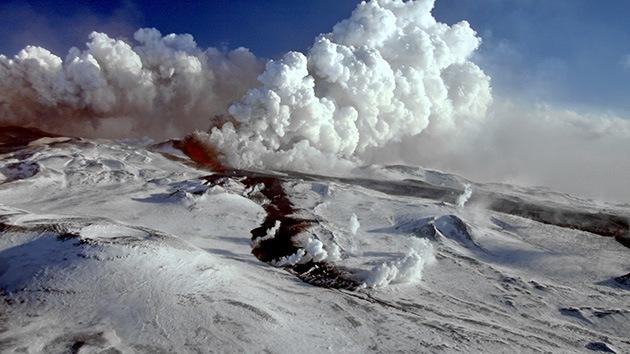 Video, fotos: Un volcán ruso en erupción atrae a los turistas con sus chispas 'apocalípticas'