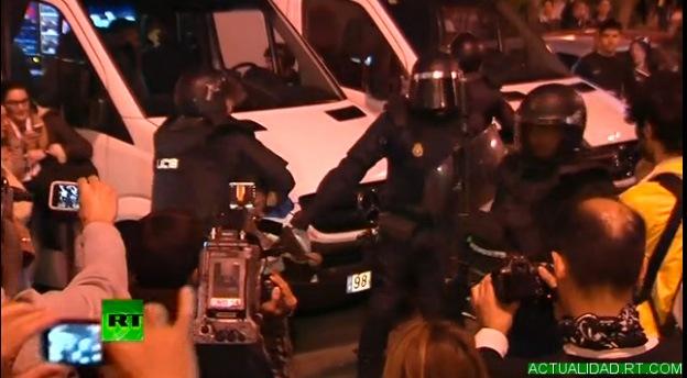 Video: Cargas policiales a las puertas del Congreso en Madrid