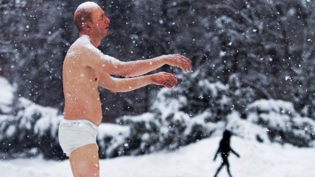 'Sonámbulo' semidesnudo provoca rechazo en la Universidad de Boston