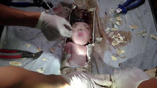 Video: Rescatan a un recién nacido de una tubería de un baño en China