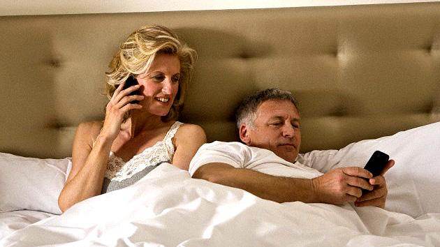 Teléfonos inteligentes y tabletas 'desenchufan' la vida sexual de la pareja