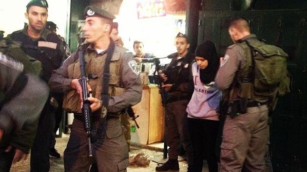 """Vídeo: Soldados israelíes armados arrestan a una menor por """"amar a Palestina"""""""