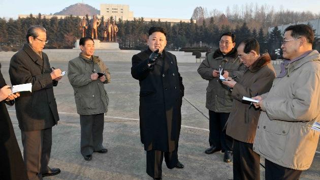Corea del Norte: Kim Jong-Un dirige los ejercicios militares de los paracaidistas