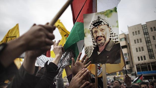 La viuda de Arafat dice que su marido fue envenenado un mes antes de su muerte