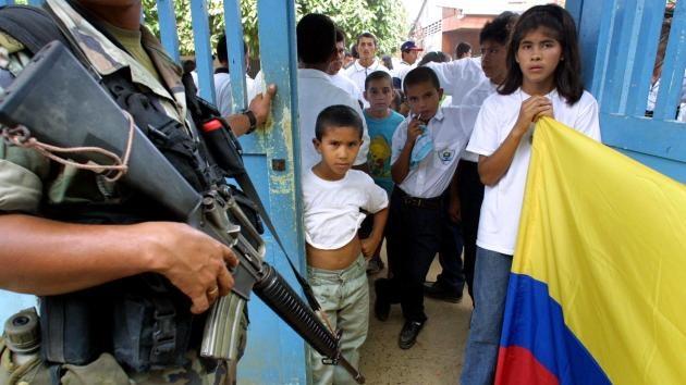 Colombia: Capturan a profesor que obligaba a los niños cantar el himno de las FARC