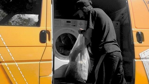 Fotos: Una camioneta se transforma en lavandería gratuita para personas sin hogar