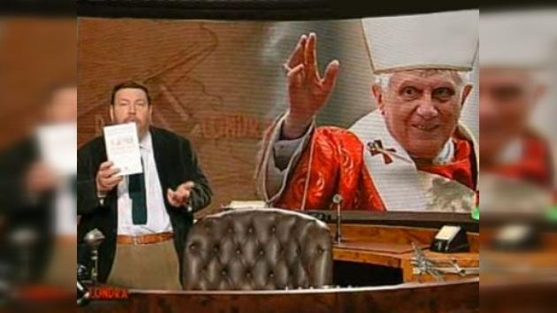 El Papa habla con gente de distintas partes del mundo desde la televisión