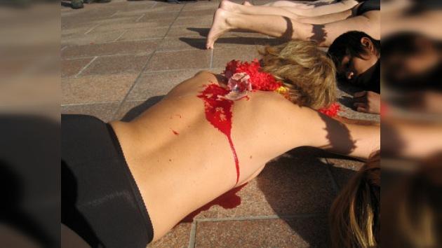 En México activistas semidesnudos y sangrantes contra corridas de toros