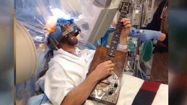 Video: Un paciente toca la guitarra durante una operación en el cerebro