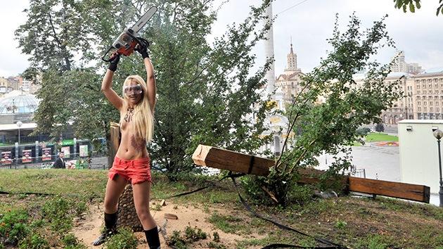 Feministas ucranianas derriban una cruz en señal de protesta por la condena a Pussy Riot