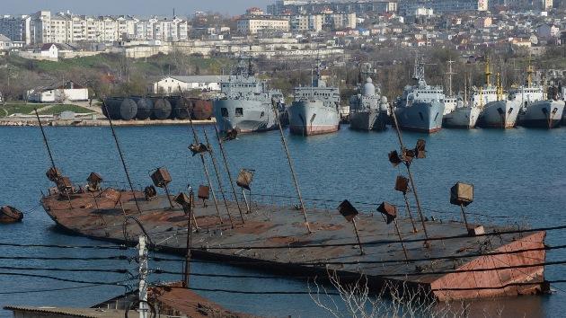 Rusia devuelve a Ucrania naves y aviones de su flota en Crimea