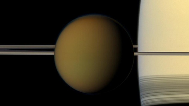 Hallan un posible lago rico en metano en una luna de Saturno