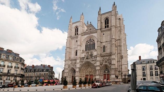 Vandalismo en Francia: Profanan una catedral con el 666 y lemas nazis
