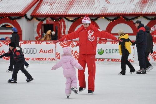 Los moscovitas disfrutan de las pistas de patinaje de Moscú