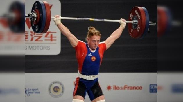 Una rusa se corona tricampeona mundial en levantamiento de pesas