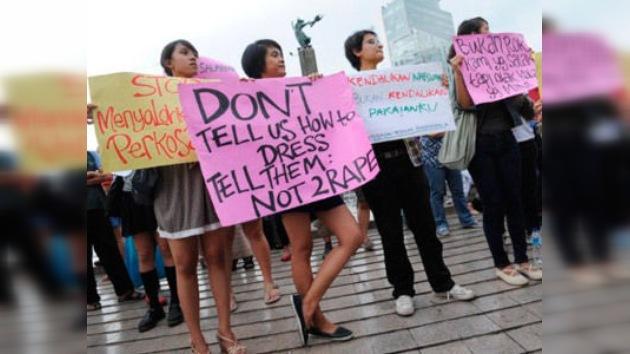 Mujeres indonesias exigen al poder que no atribuya las violaciones al uso de minifalda
